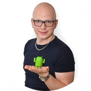 Мартин Доудера е създателят на Cash Reader за устройства с Android. На фотографията със сърдечна усмивка той показва малка зелена фигура на андроидче, стояща всекидневно на бюрото му.